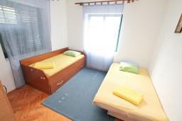 Спальня 2. Боко-Которская бухта, Черногория, Доброта : Апартамент для 5-6 человек, с 2-мя отдельными спальнями, возле пляжа