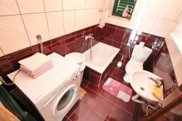 Ванная комната. Боко-Которская бухта, Черногория, Доброта : Апартамент для 5-6 человек, с 2-мя отдельными спальнями, возле пляжа