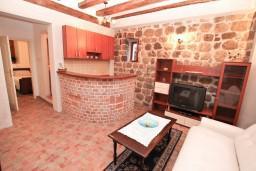 Гостиная. Боко-Которская бухта, Черногория, Муо : Апартамент в Муо с отдельной спальней, возле моря