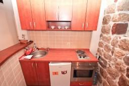 Кухня. Боко-Которская бухта, Черногория, Муо : Апартамент в Муо с отдельной спальней, возле моря