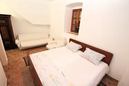 Спальня. Боко-Которская бухта, Черногория, Муо : Апартамент в Муо с отдельной спальней, возле моря