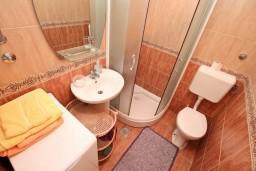 Ванная комната. Боко-Которская бухта, Черногория, Муо : Апартамент в Муо с отдельной спальней, возле моря