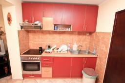 Кухня. Боко-Которская бухта, Черногория, Муо : Апартамент с отдельной спальней, с террасой с видом на море, 100 метров до пляжа