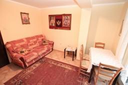 Гостиная. Боко-Которская бухта, Черногория, Муо : Апартамент с отдельной спальней, с террасой с видом на море, 100 метров до пляжа