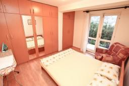 Спальня. Боко-Которская бухта, Черногория, Муо : Апартамент с отдельной спальней, с террасой с видом на море, 100 метров до пляжа