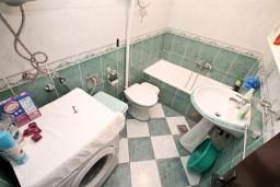 Ванная комната. Боко-Которская бухта, Черногория, Муо : Апартамент с отдельной спальней, с террасой с видом на море, 100 метров до пляжа