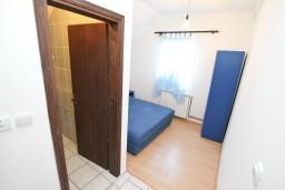 Спальня. Боко-Которская бухта, Черногория, Прчань : Апартамент для 10 человек, с 4-мя отдельными спальнями и 4-мя ванными комнатами, с террасой с шикарным видом на море