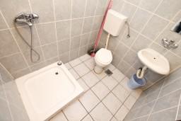 Ванная комната. Боко-Которская бухта, Черногория, Прчань : Апартамент для 10 человек, с 4-мя отдельными спальнями и 4-мя ванными комнатами, с террасой с шикарным видом на море