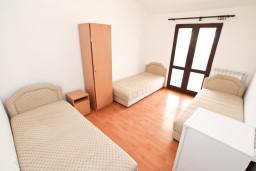 Спальня 2. Боко-Которская бухта, Черногория, Прчань : Апартамент для 10 человек, с 4-мя отдельными спальнями и 4-мя ванными комнатами, с террасой с шикарным видом на море