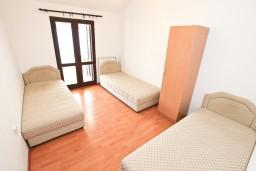 Спальня 3. Боко-Которская бухта, Черногория, Прчань : Апартамент для 10 человек, с 4-мя отдельными спальнями и 4-мя ванными комнатами, с террасой с шикарным видом на море