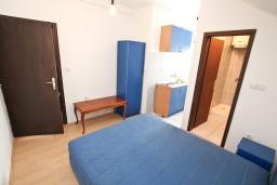 Спальня 4. Боко-Которская бухта, Черногория, Прчань : Апартамент для 10 человек, с 4-мя отдельными спальнями и 4-мя ванными комнатами, с террасой с шикарным видом на море