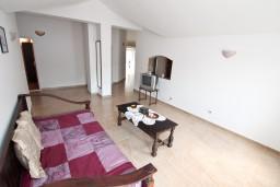 Гостиная. Боко-Которская бухта, Черногория, Пераст : Апартамент для 6-8 человек, с 3-мя отдельными спальнями, 20 метров до моря