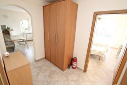 Коридор. Боко-Которская бухта, Черногория, Кавач : 3-х этажный дом в Которе (Кавац) с 2-мя большими гостиными, с 5-ю  спальнями, с 6-ю ванными комнатами, с бассейном, с большим зеленым двориком,  гараж на 2 машины, Wi-Fi