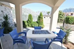 Терраса. Боко-Которская бухта, Черногория, Столив : Апартамент для 2-4 человек, с отдельной спальней, с террасой с видом на море, 10 метров до пляжа