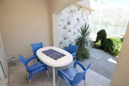Терраса. Боко-Которская бухта, Черногория, Столив : Апартамент для 3-5 человек, с отдельной спальней, с террасой с видом на море, 10 метров до пляжа