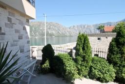 Вид на море. Боко-Которская бухта, Черногория, Столив : Апартамент для 3-5 человек, с отдельной спальней, с террасой с видом на море, 10 метров до пляжа