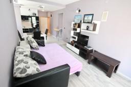 Гостиная. Боко-Которская бухта, Черногория, Столив : Люкс апартамент с отдельной спальней, с балконом с видом на море, 10 метров до пляжа