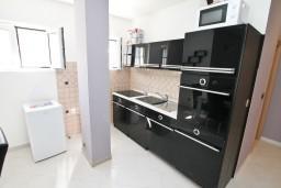 Кухня. Боко-Которская бухта, Черногория, Столив : Люкс апартамент с отдельной спальней, с балконом с видом на море, 10 метров до пляжа