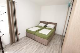 Спальня. Боко-Которская бухта, Черногория, Столив : Люкс апартамент с отдельной спальней, с балконом с видом на море, 10 метров до пляжа