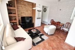 Гостиная. Боко-Которская бухта, Черногория, Доброта : Современный апартамент для 3-5 человек, с 2-мя отдельными спальнями, с балконом с шикарным видом на море, 10 метров до пляжа