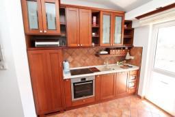 Кухня. Боко-Которская бухта, Черногория, Доброта : Современный апартамент для 3-5 человек, с 2-мя отдельными спальнями, с балконом с шикарным видом на море, 10 метров до пляжа