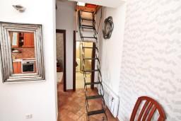Коридор. Боко-Которская бухта, Черногория, Доброта : Современный апартамент для 3-5 человек, с 2-мя отдельными спальнями, с балконом с шикарным видом на море, 10 метров до пляжа