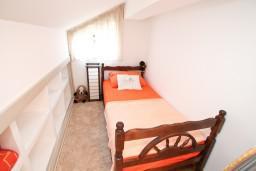 Спальня. Боко-Которская бухта, Черногория, Доброта : Современный апартамент для 3-5 человек, с 2-мя отдельными спальнями, с балконом с шикарным видом на море, 10 метров до пляжа