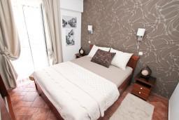 Спальня 2. Боко-Которская бухта, Черногория, Доброта : Современный апартамент для 3-5 человек, с 2-мя отдельными спальнями, с балконом с шикарным видом на море, 10 метров до пляжа