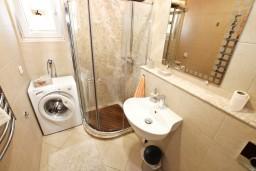 Ванная комната. Боко-Которская бухта, Черногория, Доброта : Современный апартамент для 3-5 человек, с 2-мя отдельными спальнями, с балконом с шикарным видом на море, 10 метров до пляжа