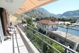 Балкон. Боко-Которская бухта, Черногория, Доброта : Современный апартамент для 3-5 человек, с 2-мя отдельными спальнями, с балконом с шикарным видом на море, 10 метров до пляжа
