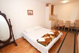 Гостиная. Рафаиловичи, Черногория, Рафаиловичи : Апартамент с отдельной спальней, с террасой, возле моря