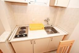 Кухня. Будванская ривьера, Черногория, Рафаиловичи : Апартамент с отдельной спальней, с террасой, возле моря