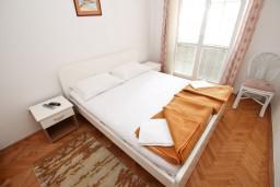Спальня. Рафаиловичи, Черногория, Рафаиловичи : Апартамент с отдельной спальней, с террасой, возле моря