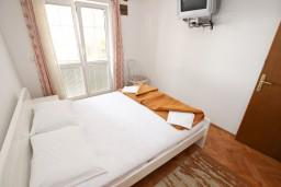 Спальня. Будванская ривьера, Черногория, Рафаиловичи : Апартамент с отдельной спальней, с террасой, возле моря
