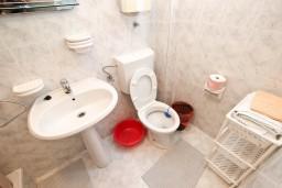 Ванная комната. Будванская ривьера, Черногория, Рафаиловичи : Апартамент с отдельной спальней, с террасой, возле моря