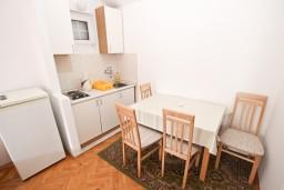 Обеденная зона. Рафаиловичи, Черногория, Рафаиловичи : Апартамент с отдельной спальней, с балконом, возле моря