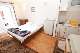 Гостиная. Рафаиловичи, Черногория, Рафаиловичи : Апартамент с отдельной спальней, с балконом, возле моря