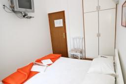 Спальня. Рафаиловичи, Черногория, Рафаиловичи : Апартамент с отдельной спальней, с балконом, возле моря