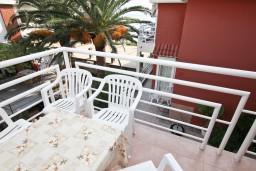 Вид на море. Рафаиловичи, Черногория, Рафаиловичи : Апартамент с отдельной спальней, с балконом, возле моря