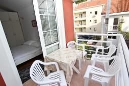 Балкон. Рафаиловичи, Черногория, Рафаиловичи : Апартамент с отдельной спальней, с балконом, возле моря