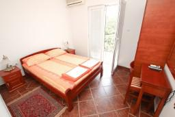 Спальня. Будванская ривьера, Черногория, Пржно : Апартамент для 5 человек, с 2-мя отдельными спальнями, с балконом с видом на море