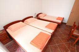 Спальня 2. Будванская ривьера, Черногория, Пржно : Апартамент для 5 человек, с 2-мя отдельными спальнями, с балконом с видом на море