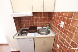 Кухня. Будванская ривьера, Черногория, Пржно : Апартамент для 5 человек, с 2-мя отдельными спальнями, с балконом с видом на море