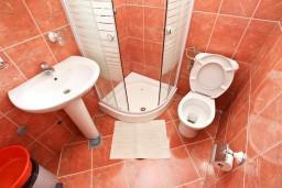 Ванная комната. Будванская ривьера, Черногория, Пржно : Апартамент для 5 человек, с 2-мя отдельными спальнями, с балконом с видом на море