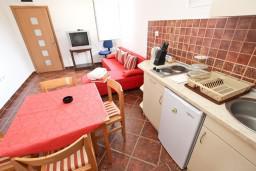 Кухня. Будванская ривьера, Черногория, Пржно : Апартамент для 4-5 человек, с 2-мя отдельными спальнями, с 2-мя балконами