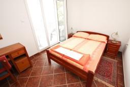 Спальня. Будванская ривьера, Черногория, Пржно : Апартамент для 4-5 человек, с 2-мя отдельными спальнями, с 2-мя балконами