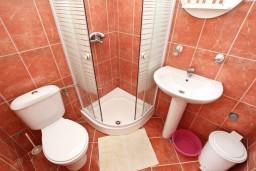 Ванная комната. Будванская ривьера, Черногория, Пржно : Апартамент для 4-5 человек, с 2-мя отдельными спальнями, с 2-мя балконами