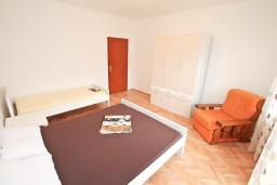 Спальня. Боко-Которская бухта, Черногория, Доброта : Апартамент для 8 человек, с 3-мя отдельными спальнями, с балконом с видом на море