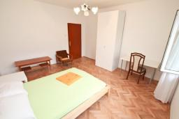 Спальня 2. Боко-Которская бухта, Черногория, Доброта : Апартамент для 8 человек, с 3-мя отдельными спальнями, с балконом с видом на море
