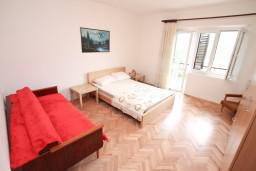 Спальня 3. Боко-Которская бухта, Черногория, Доброта : Апартамент для 8 человек, с 3-мя отдельными спальнями, с балконом с видом на море